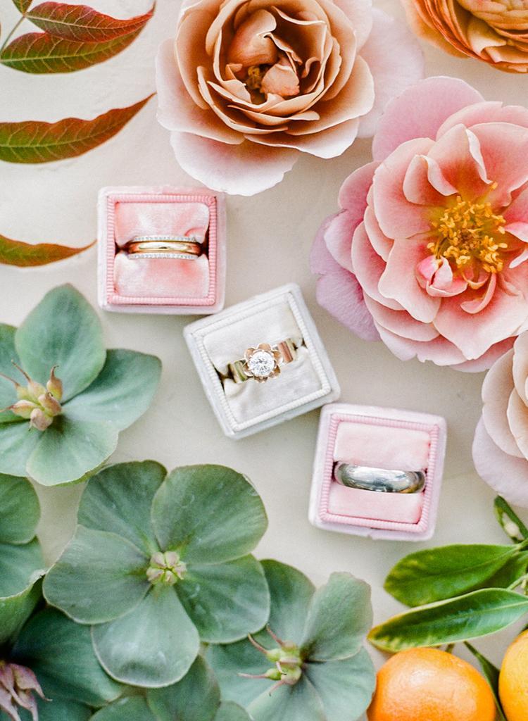 Ringendoosjes en bloemen