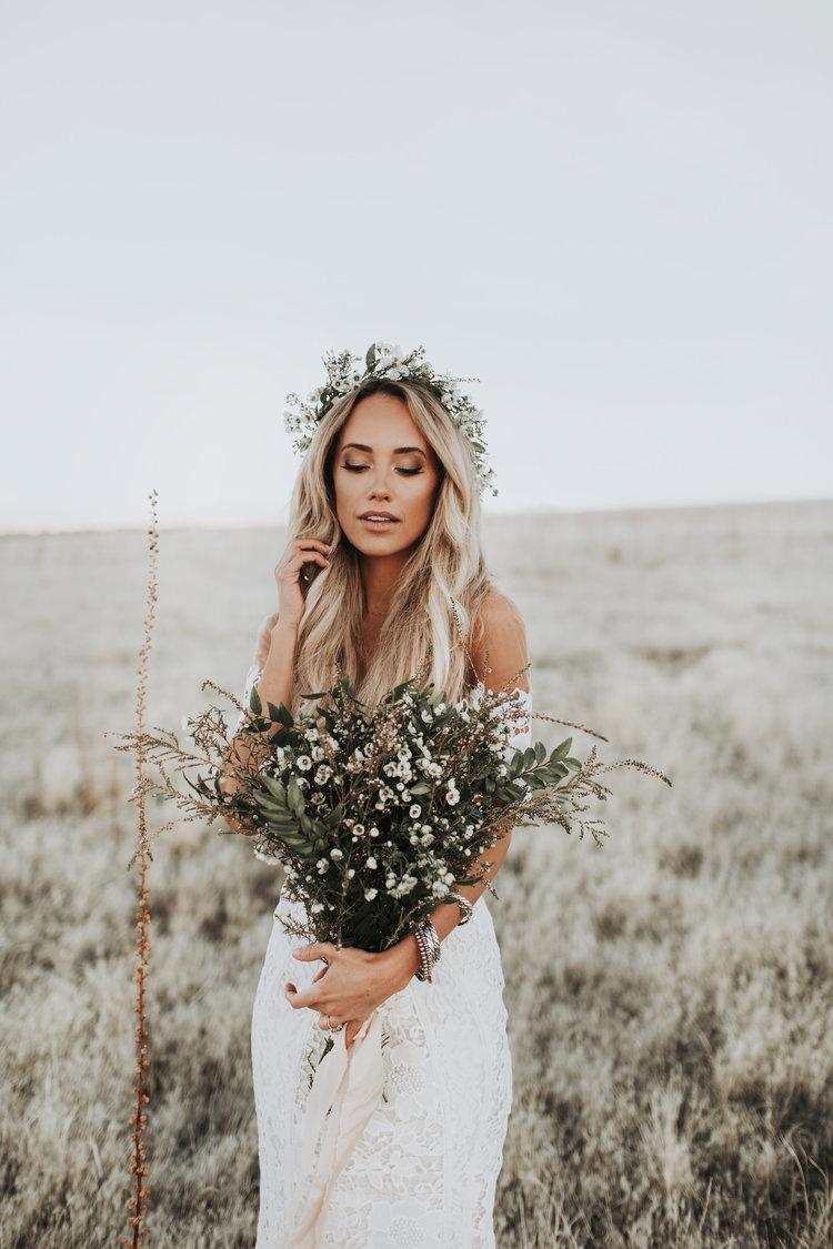 Bruid met gedroogde bloemen