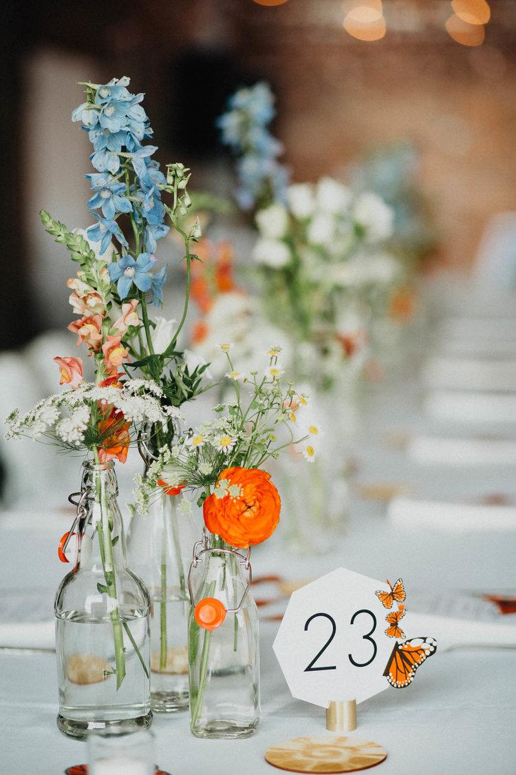 Vaasjes met bloemen als decoratie