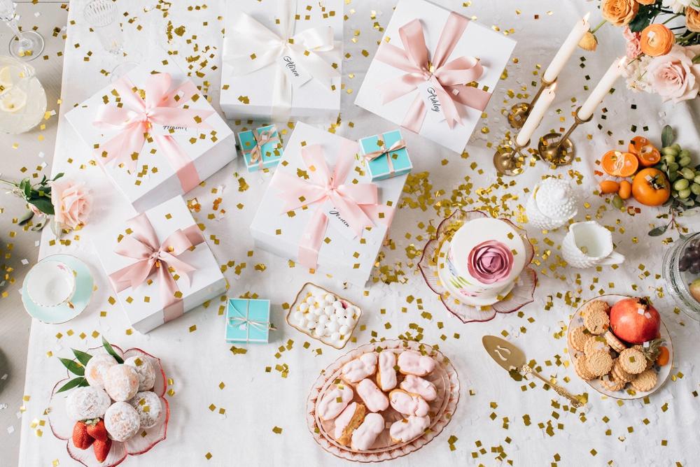 Cadeaus op een tafel