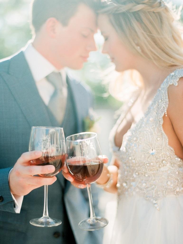 Bruidspaar met wijnglazen