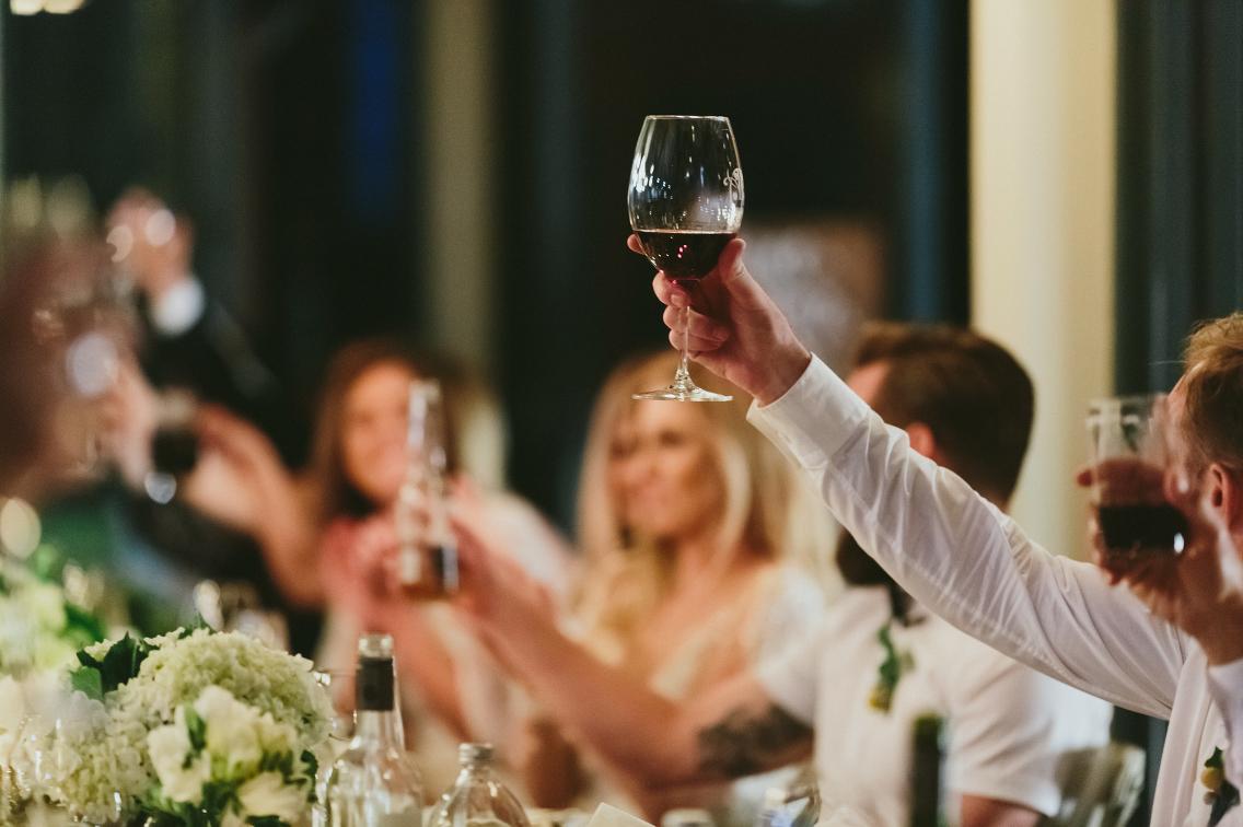 Bruidspaar met wijn als cadeau op bruiloft
