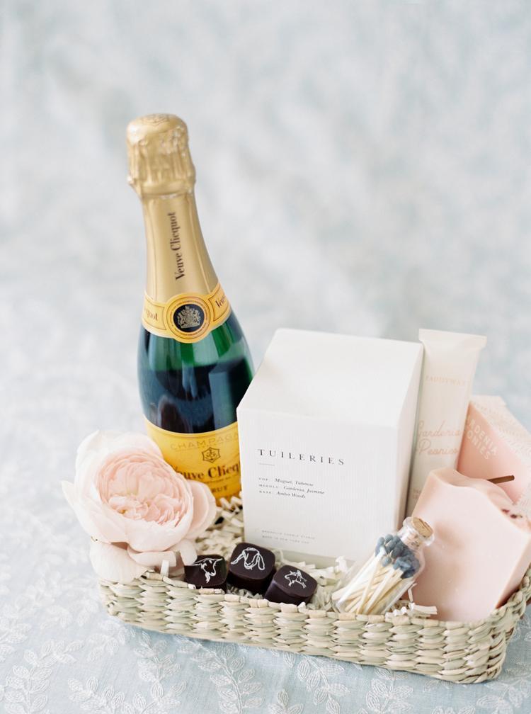 Verrassingsmand voor het bruidspaar met champagne