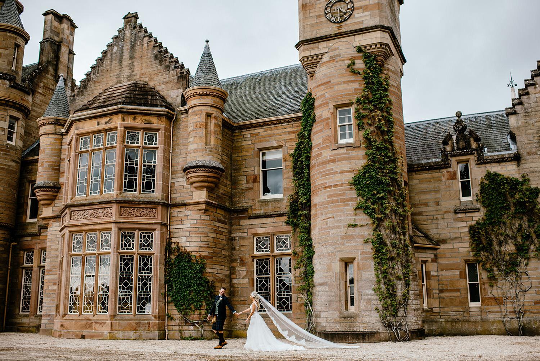 Bruidspaar voor een kasteel