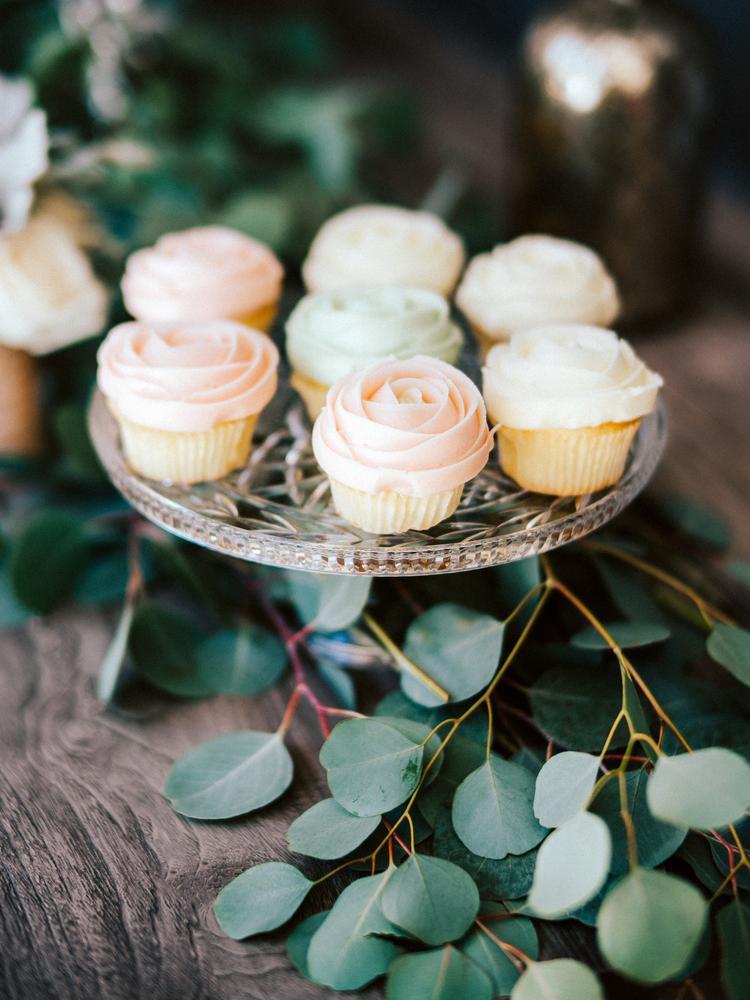 Roze en groene bruiloft cupcakes