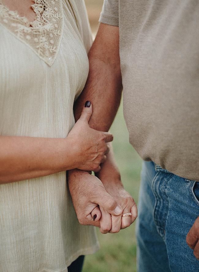 Stel is 40 jaar getrouwd en houdt handen vast