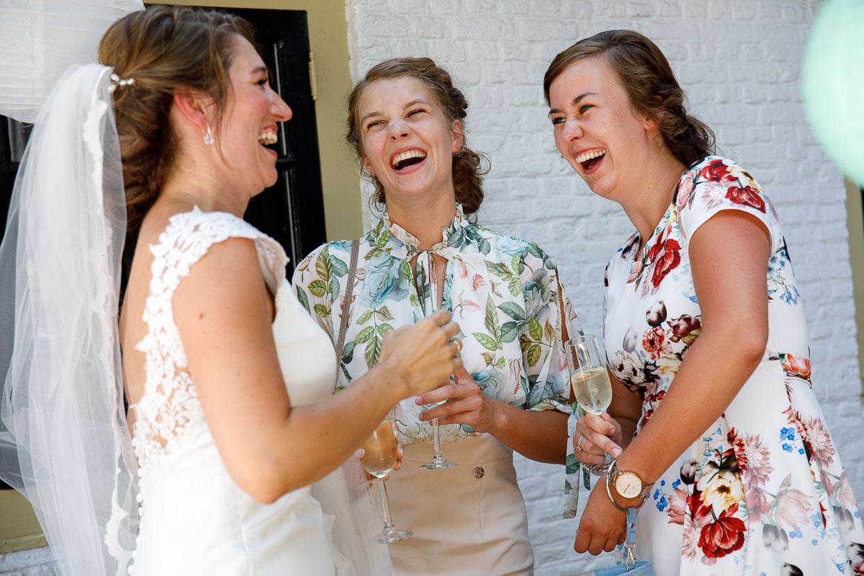 Gasten feliciteren de bruid