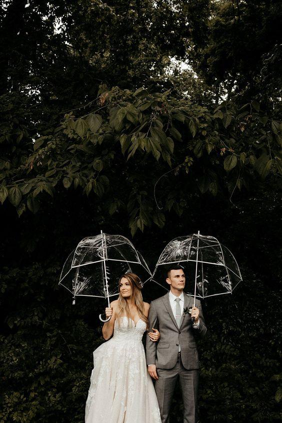 Bruidspaar met paraplu