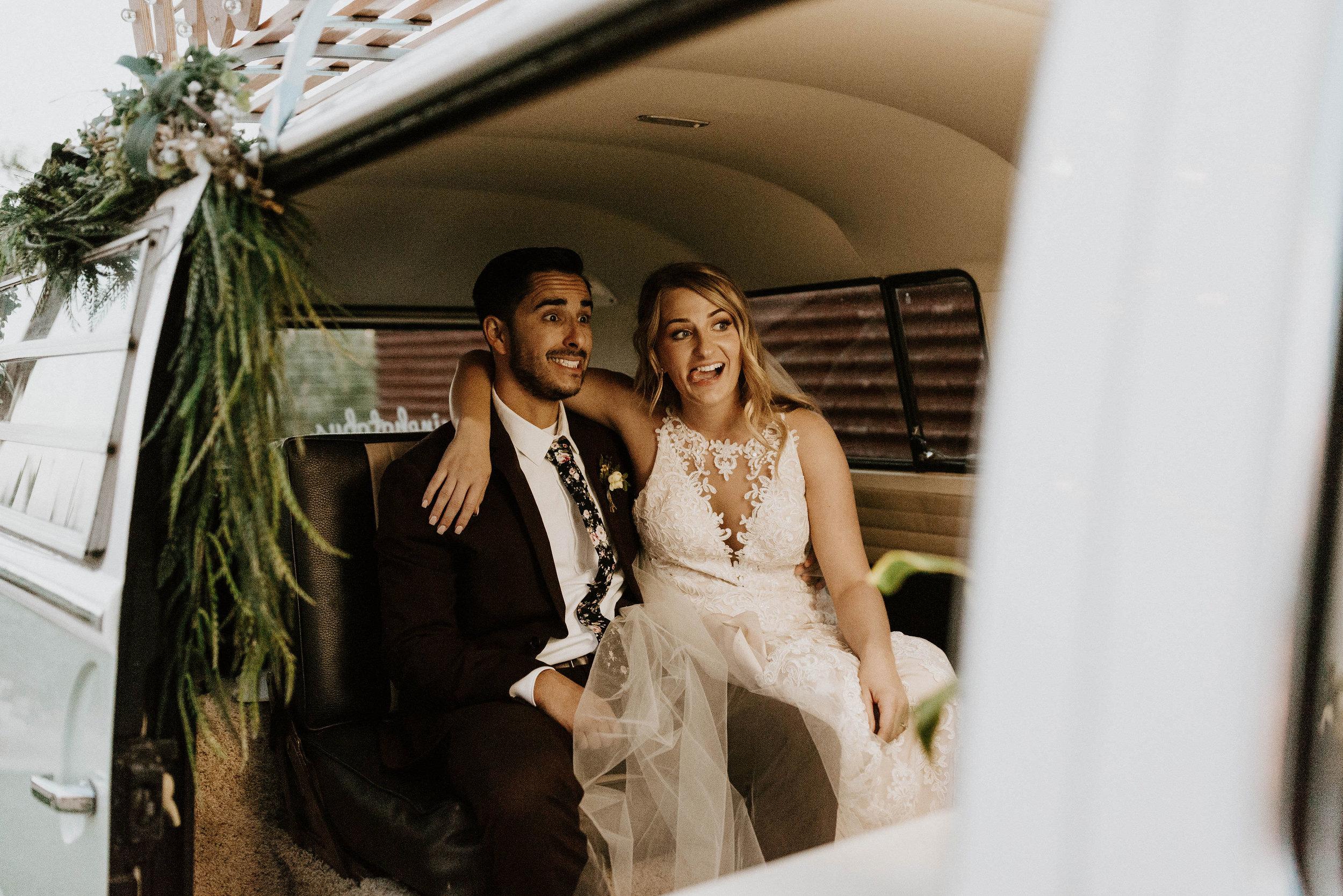 Bruidspaar in een busje