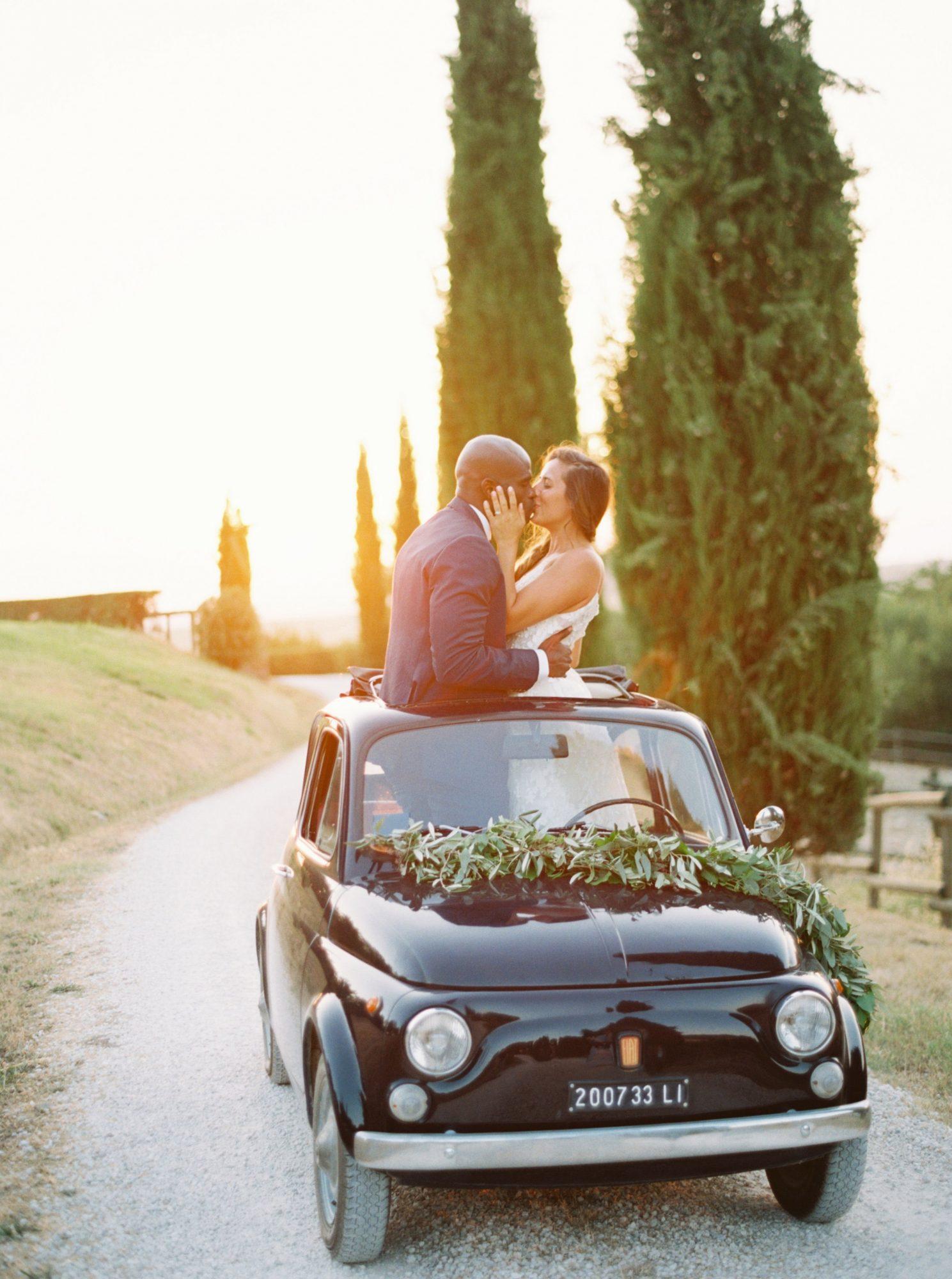 Bruidspaar in een Fiat 500