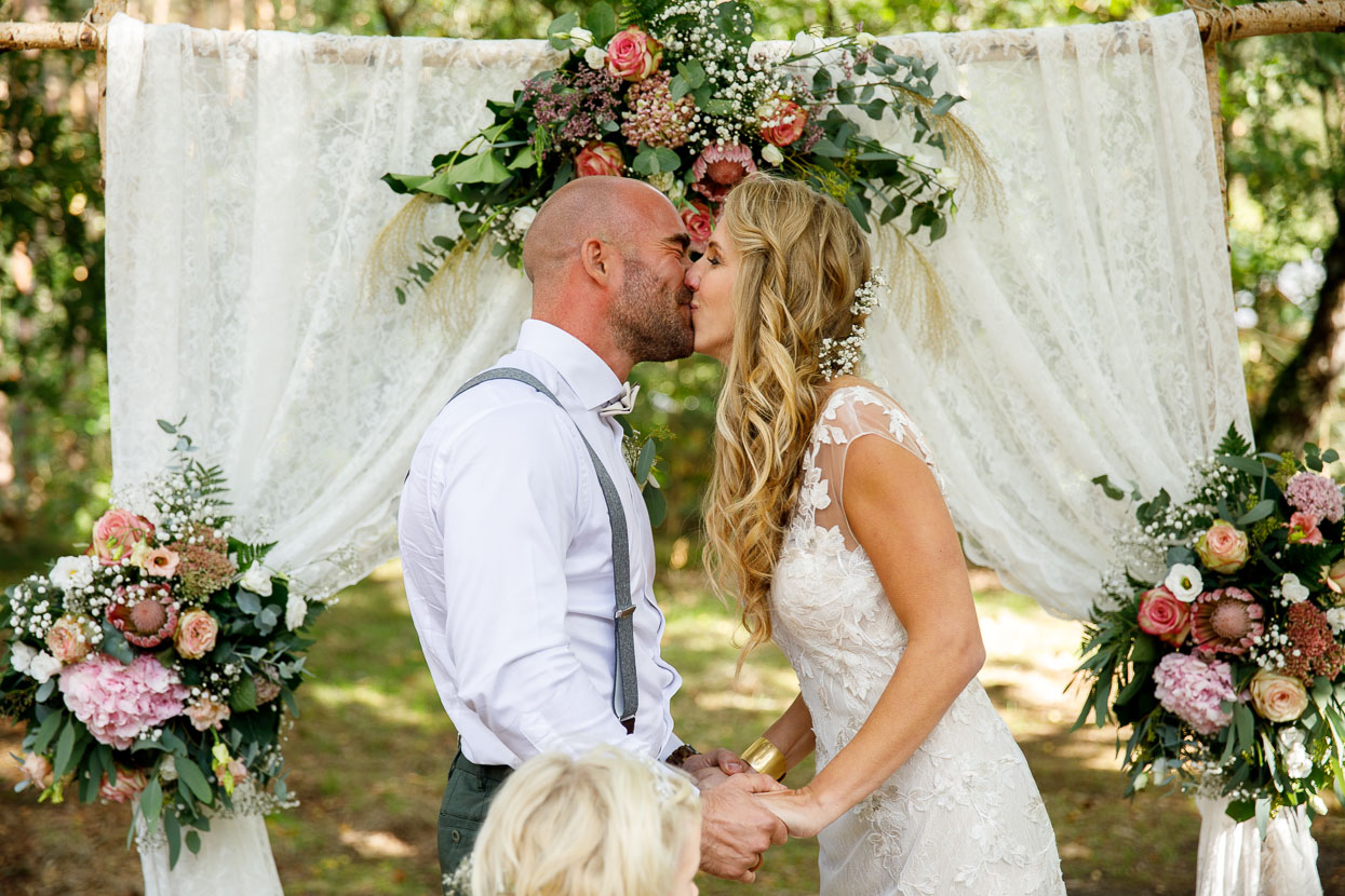 Bruidspaar tijdens de ceremonie