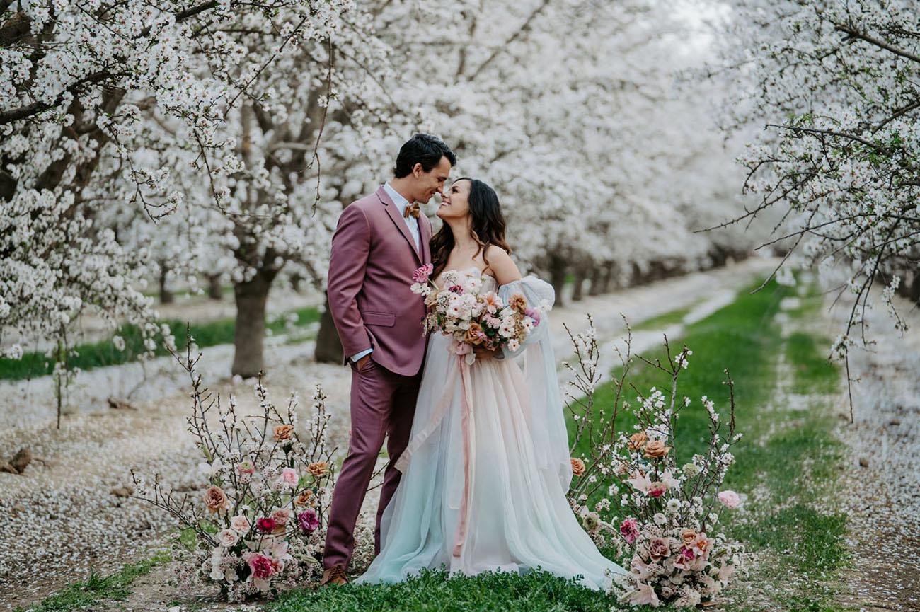 Bruidspaar onder de bloesem bomen