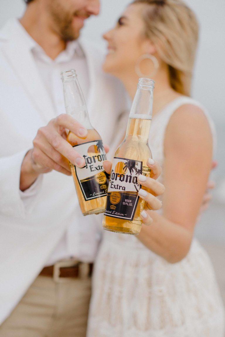 Bruidspaar met Corona biertje in hun handen