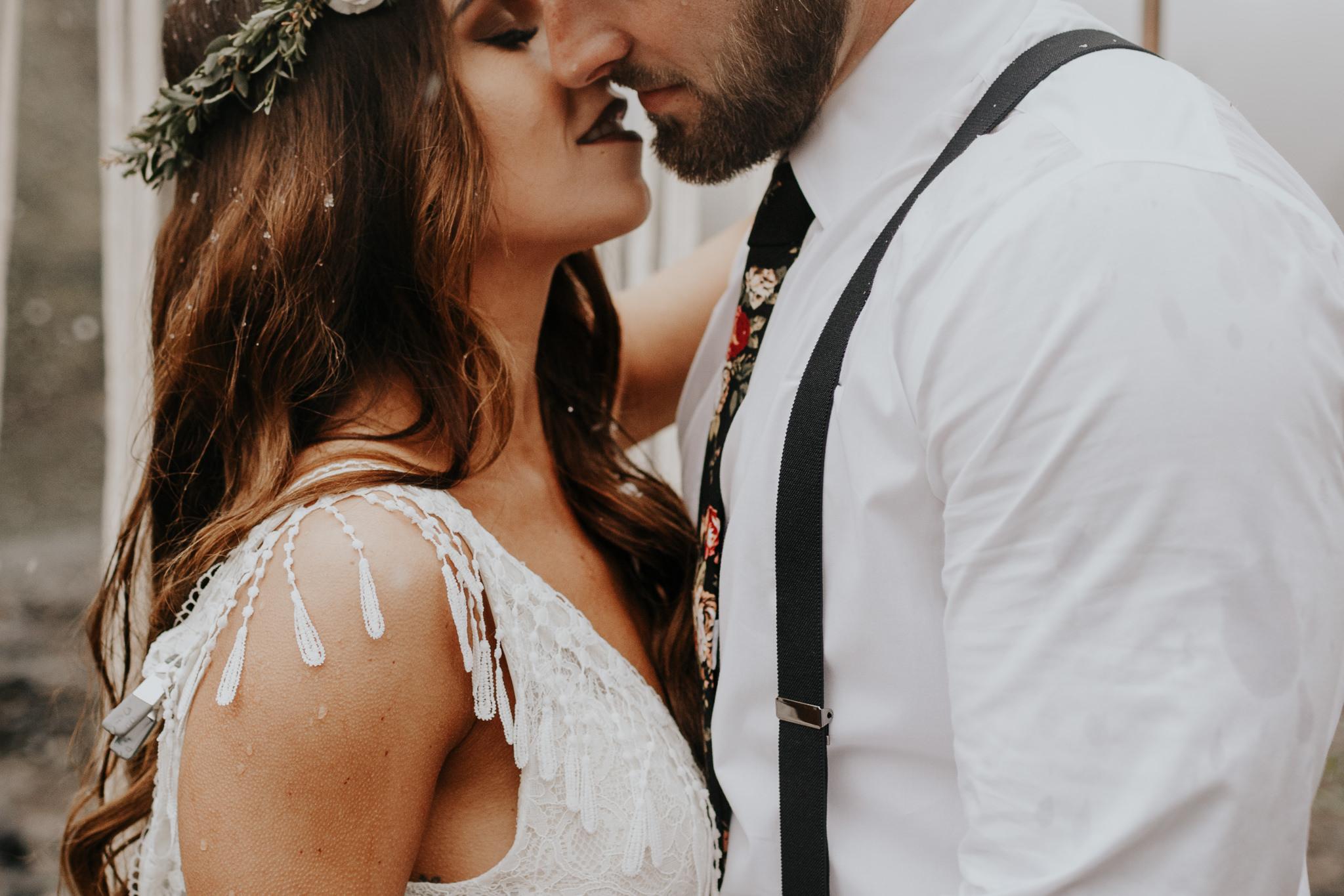Bruidspaar geeft elkaar een kus