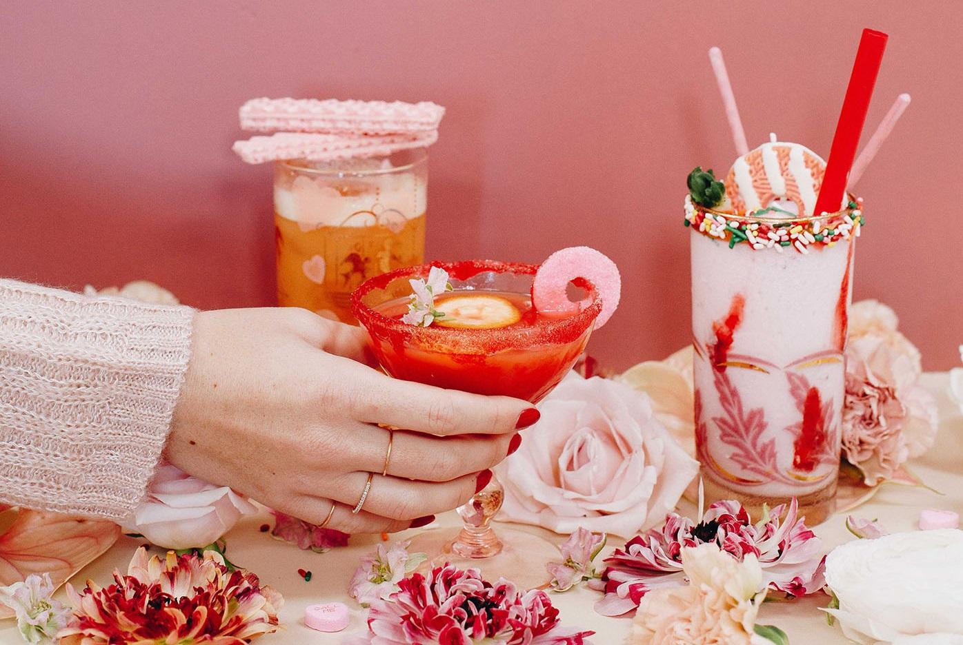 Glas met een gekleurd suikerrandje