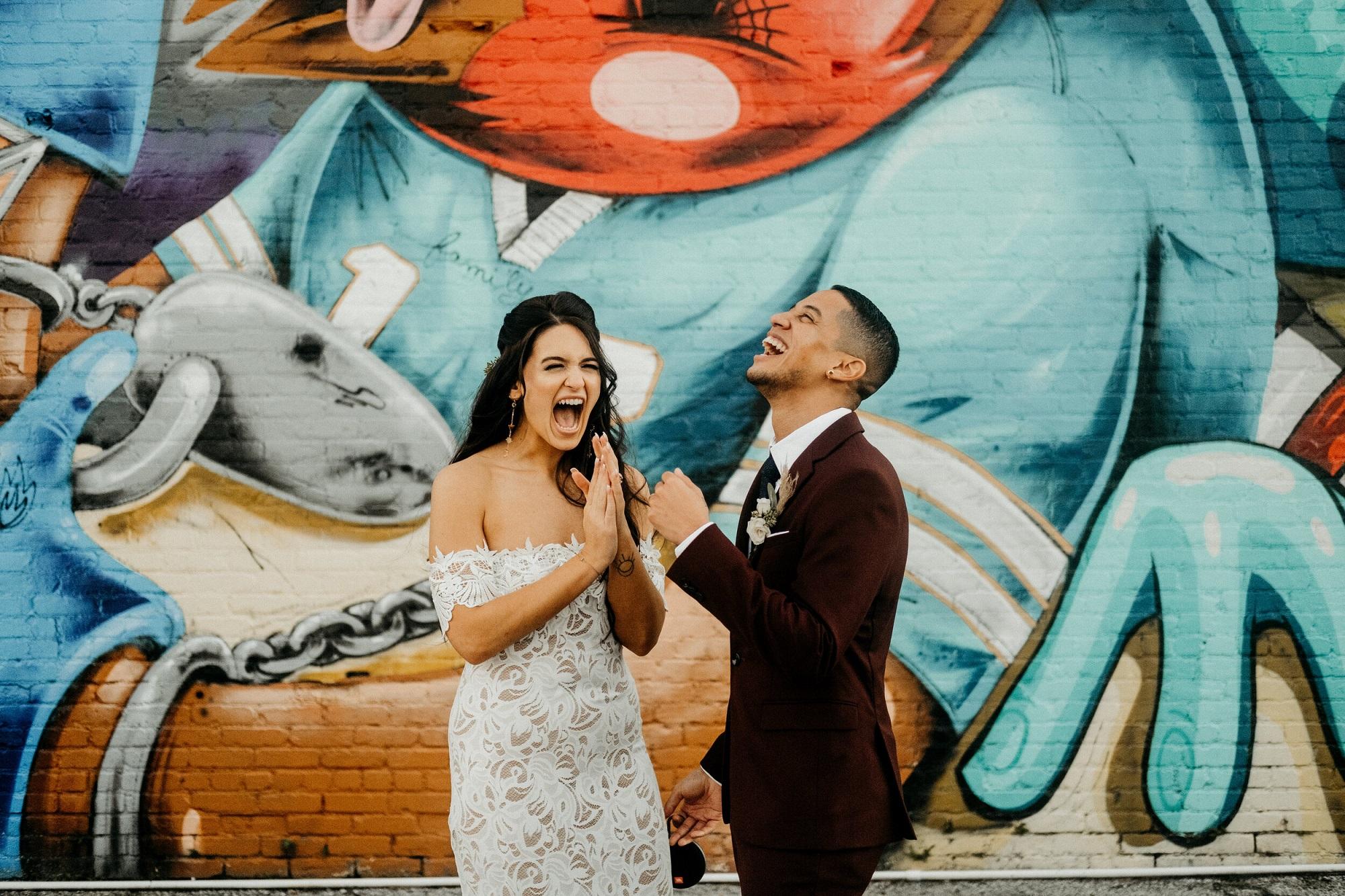 Lachend bruidspaar grappen in huis na de bruiloft