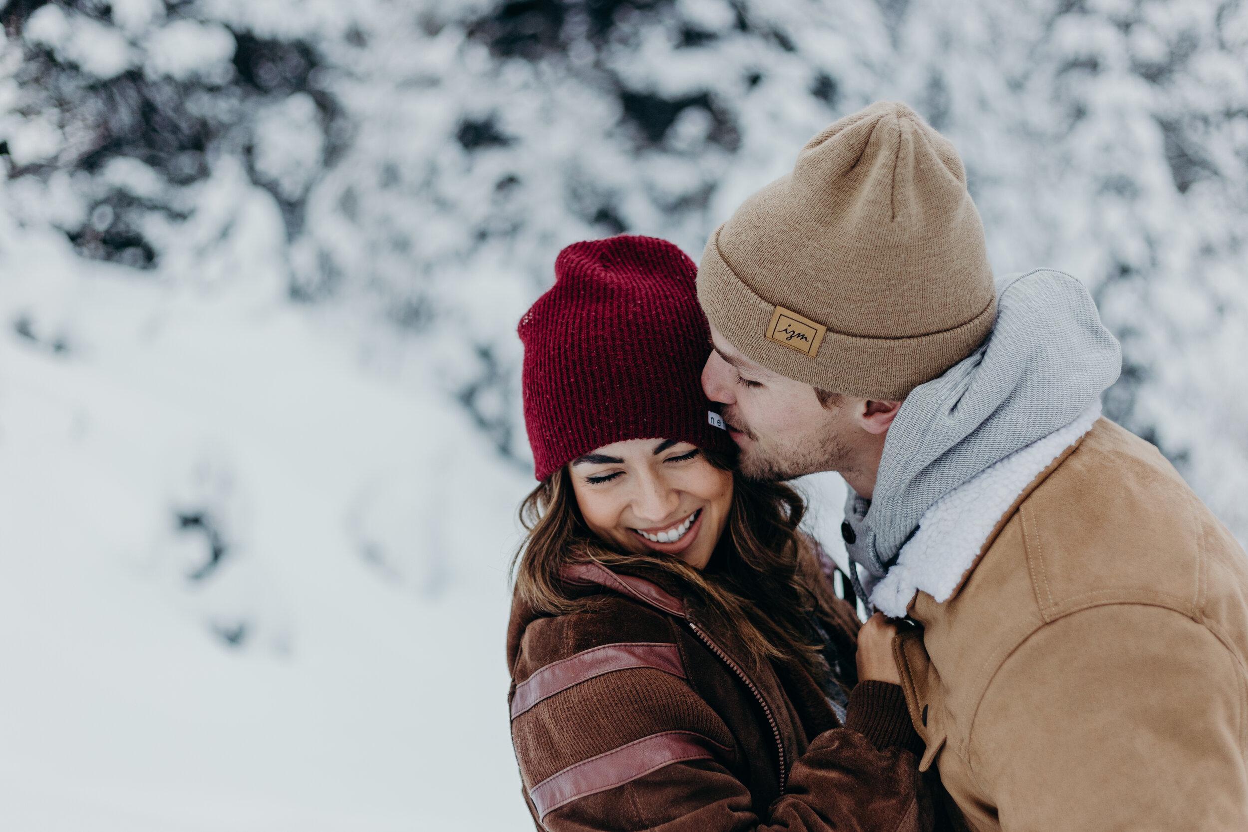 Stel op huwelijksreis in de sneeuw