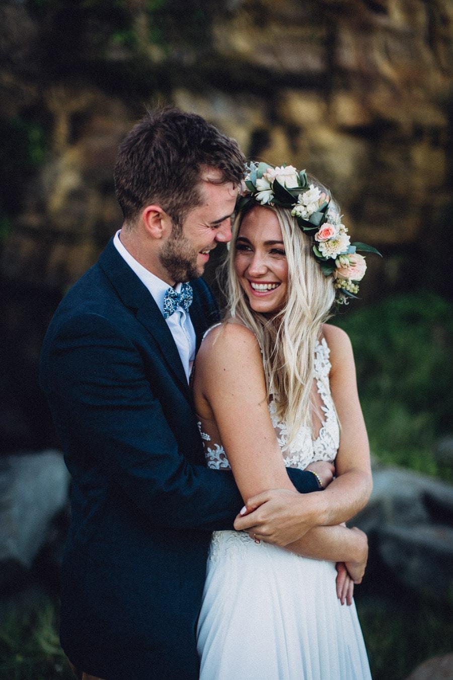 Bruid en bruidegom met handen om elkaar heen