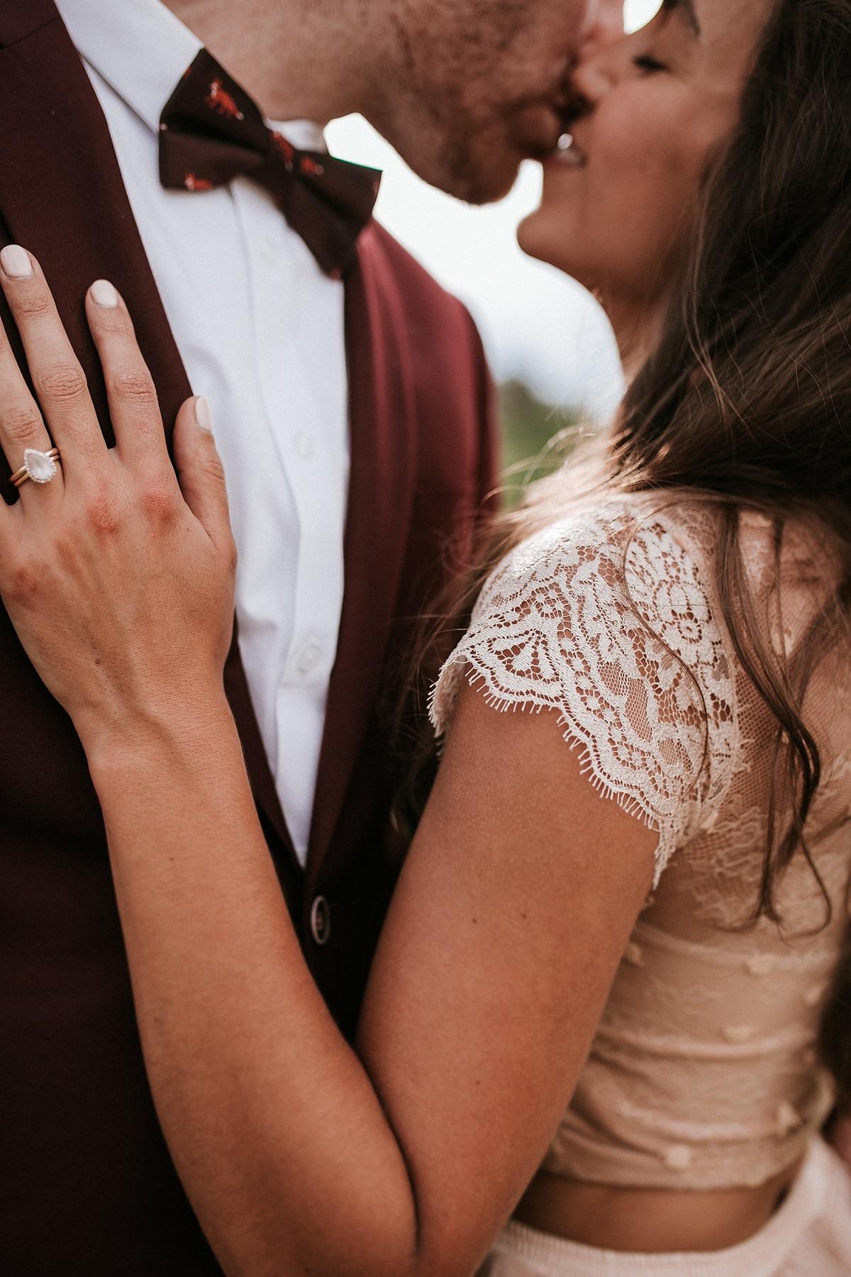 Rode kleur trouwpak bij de trouwjurk van de bruid