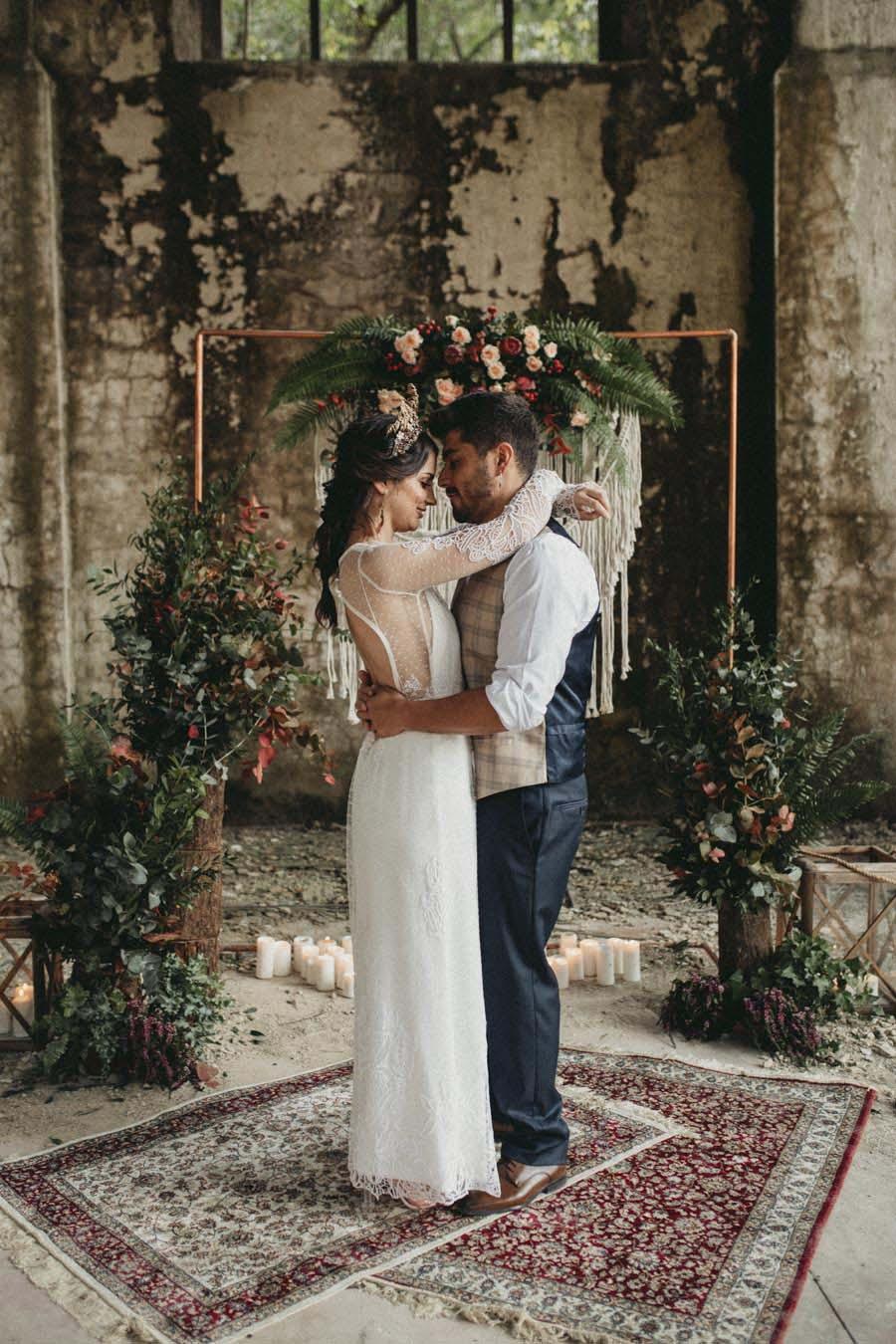 Bruidspaar op een industriële trouwlocatie