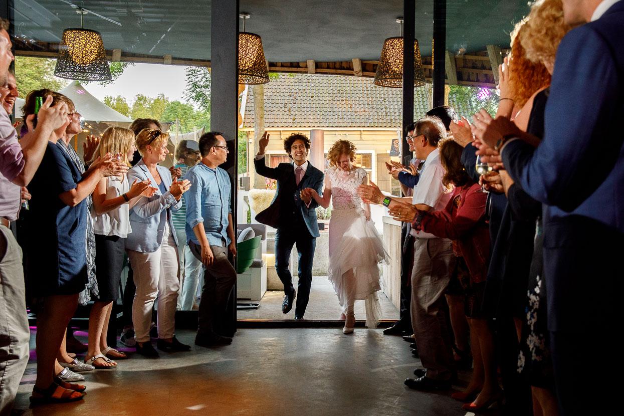Bruidspaar met hun gasten op de bruiloft