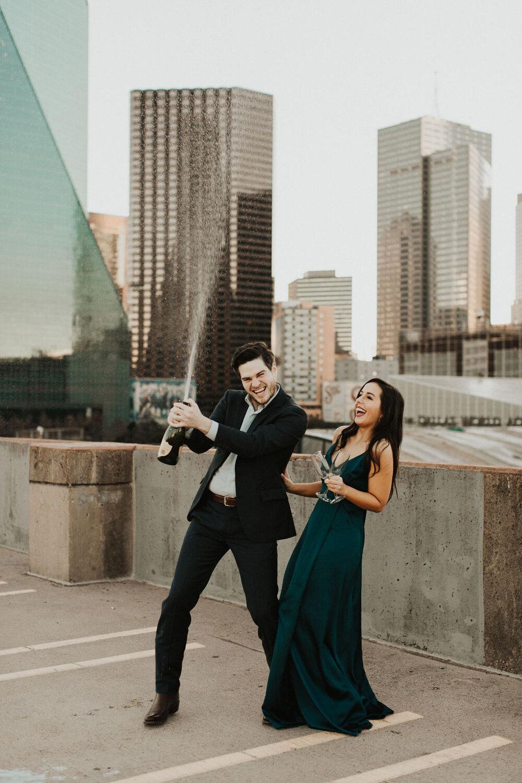 Champagne open trekken om koperen huwelijk te vieren
