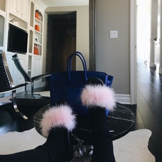 lx3jny-l-610x610-shoes-pink-sandals-nike-black-fluffy-kyliejenner