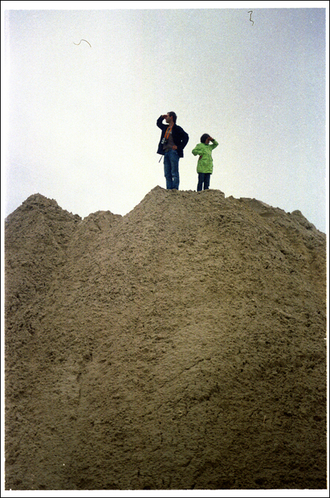 Mezczyzna z dziewczynka na kopcu piachu / A man with girl on sandy mound