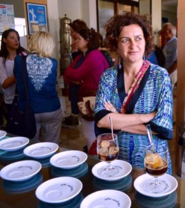 Brunella Marcelli in un bar