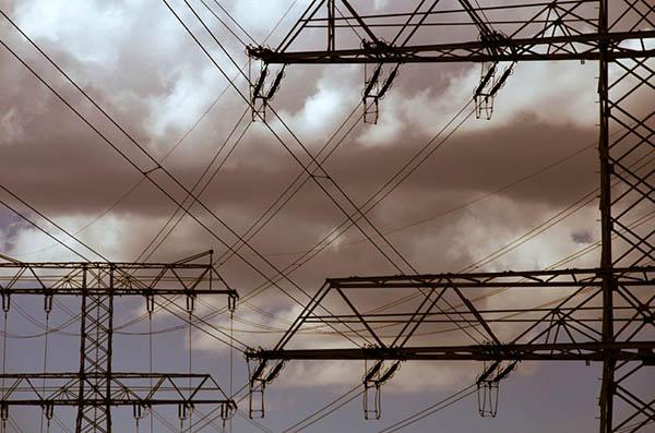 Strommasten und Stromkabel