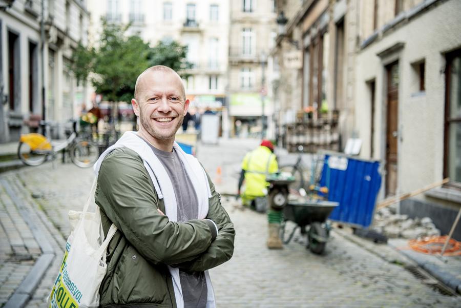 Bruno De Lille staat in de voetgangerszone van Brussel - foto (c) Sien Verstraeten