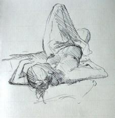 Fabienne allongée sur le dos, drapée en raccourci