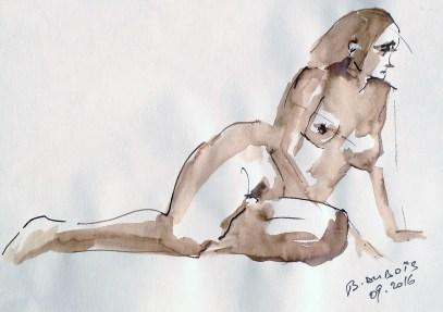 Cécile assise sur la fesse gauche en appui sur le bras gauche