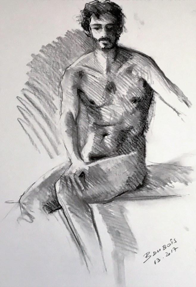 Corentin assis, main droite sur genou gauche