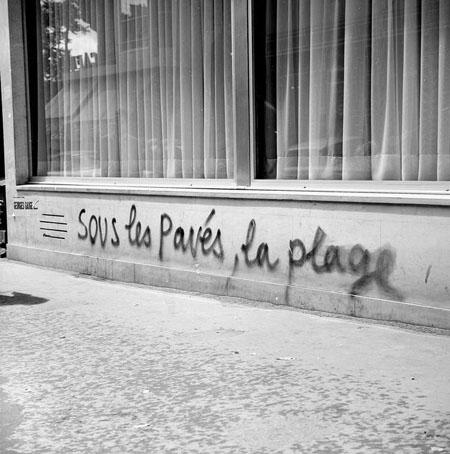 """""""Sous les pavés, la plage"""" Crédit photographique : Roger Viollet/AFP"""