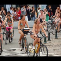Les cyclonudistes ont roulé dans Bruxelles. #velo #naturisme #mobilite #bruxelles