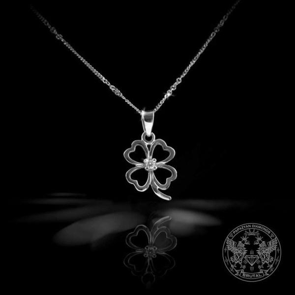 Нежен медальон под формата на детелина
