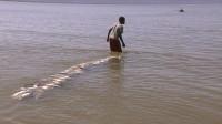 W-film_suessesgift_Turkana_Junge_mit_Fischen