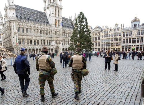 Belgian soldiers and police patrol on Brussels Grand Place after security was tightened in Belgium following the fatal attacks in Paris on Friday, in Brussels, Belgium, November 20, 2015. REUTERS/Yves Herman - RTS83VT