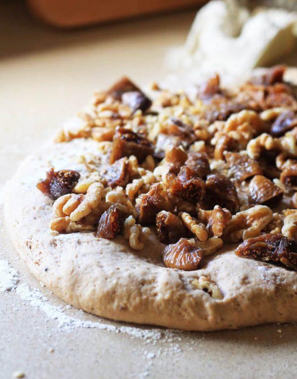לחם כפרי עם אגוזי מלך ותאנים מיובשות