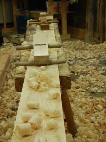 Vi bruker to forskjellige oksehøvler til å høvle overflaten. Først en skrubbokse. Den har buet stål og høvler tjukke spon i det den kan stillles grovt.