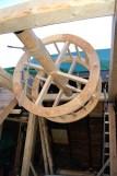 Det er såpass trangt mellom rammekonstruksjonen og tak-sperrene at vinda må på plass før sperra vert montert.