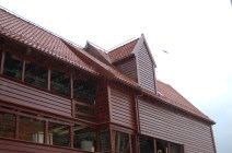 Arken er lukka med handhøvla bordkledning og teglstein på taket.