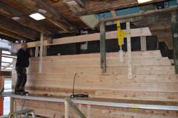 Vi bruker en enkel sveivejekk til å løfte stokken opp mot det gamle laftet