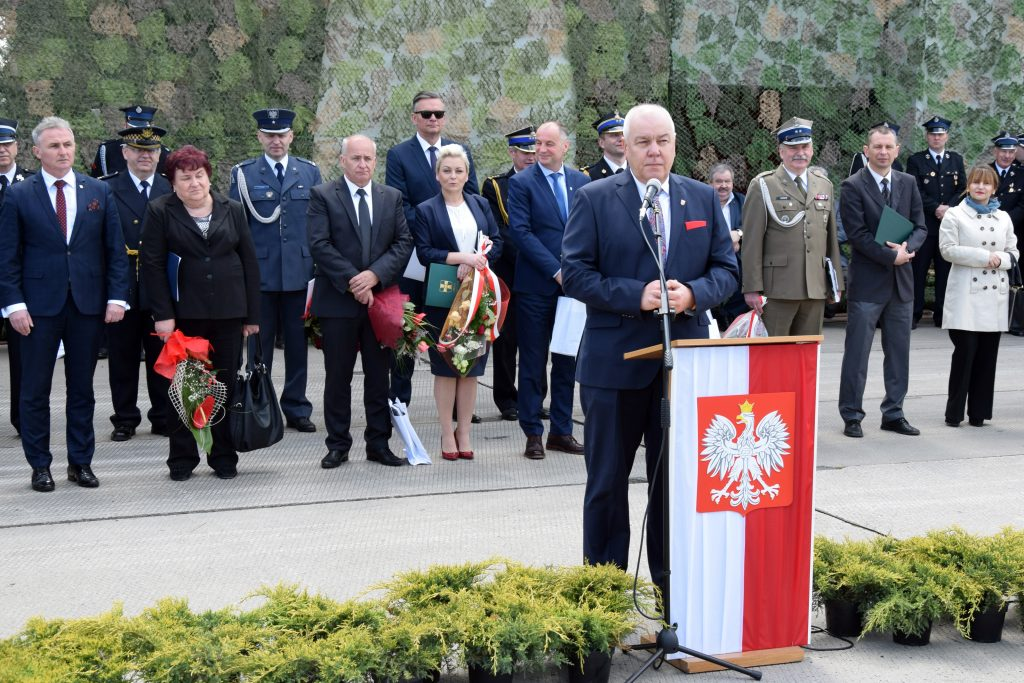 Starosta Powiatu Brzeskiego Maciej Stefański przemawia podczas uroczystości z okazji Dnia Strażaka.