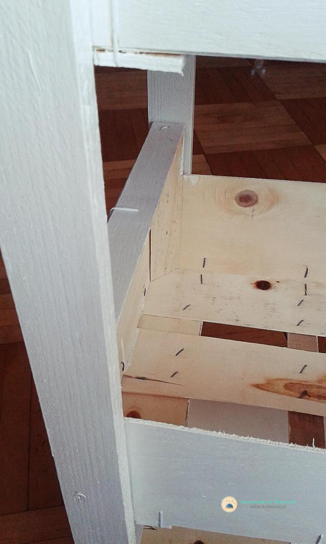 pomalowana szafka ze skrzynek