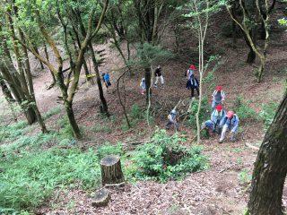 【やぶこぎ】水舞台から登山道へは一部(10mほど)道なき道を進んだ、蚊が多い!!
