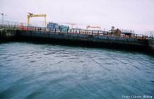 Das Tor des Docks von der Wasserseite.