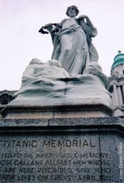 Das Titanic-Denkmal vor der City Hall...