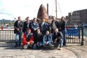 Eine Schiffsschraube der Lusitania - mit einigen von uns.